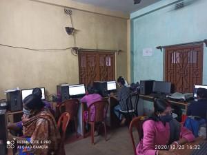 Les étudiants en cours en ligne suivant la formation Aide-soignant